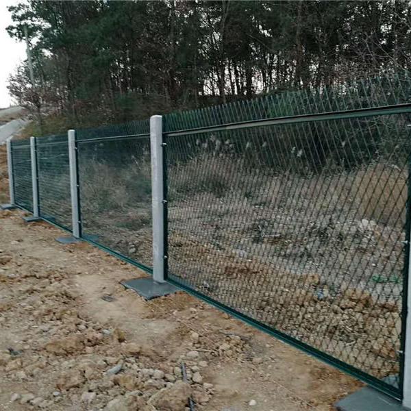 铁路防护网厂家,铁路防护栅栏门价格,钢筋混凝土立柱金属网片防,围栏