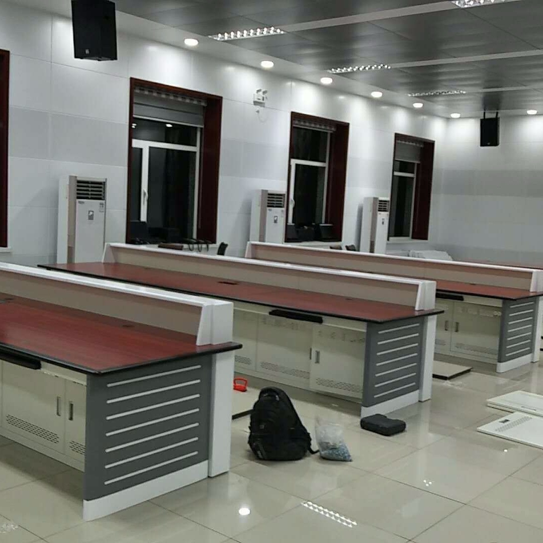 济南作战室控制台调度台木工招聘定制生产厂家办公桌生产定制厂家图片