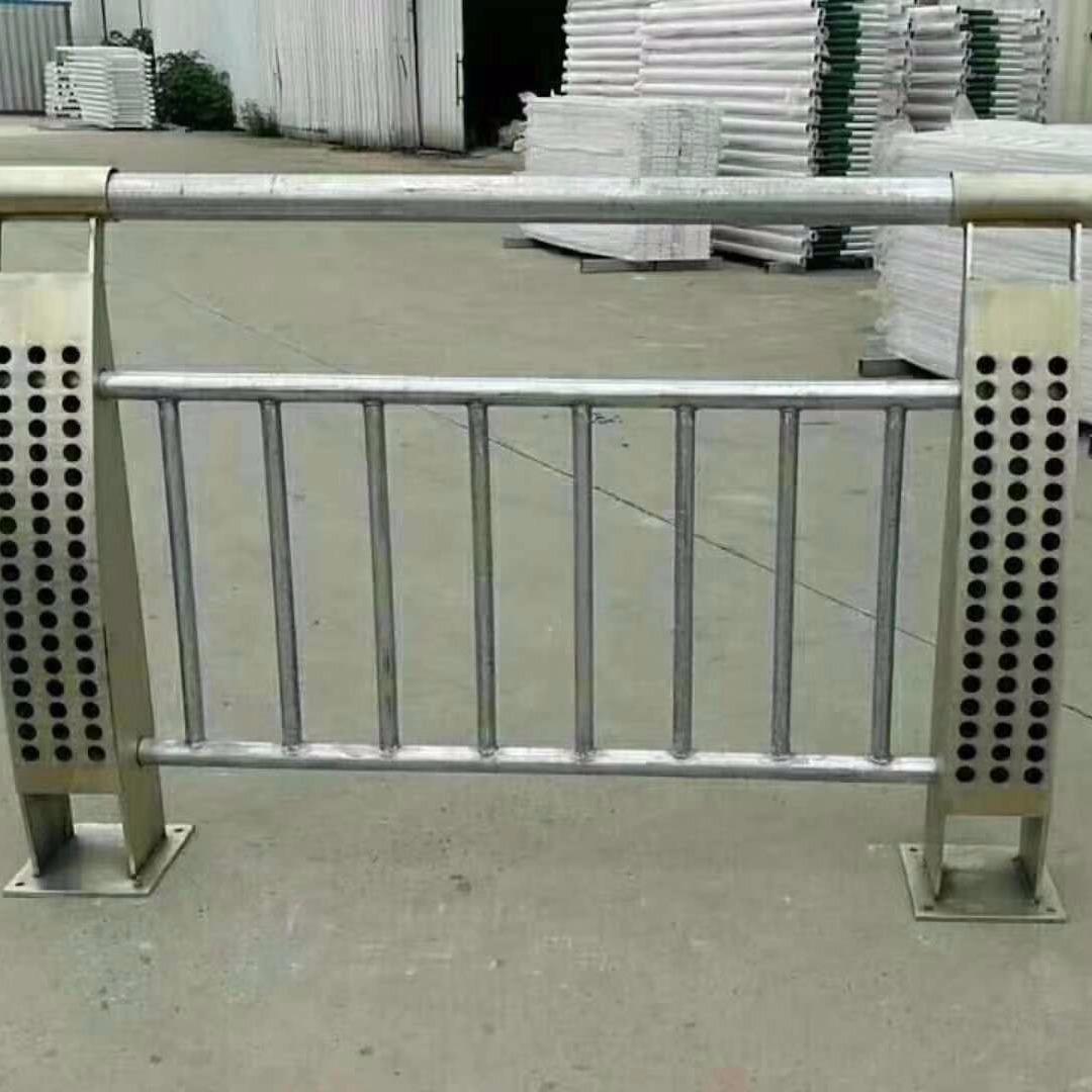 貴州不銹鋼復合管護欄廠家 橋梁鋼板立柱切割噴塑 道路隔離欄 河道護欄欄桿