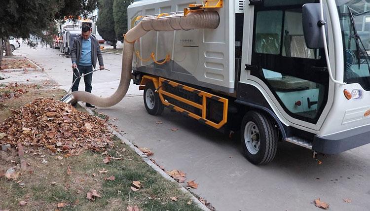 大型树叶清扫车作业现场